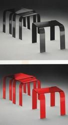 mesas negras y rojas